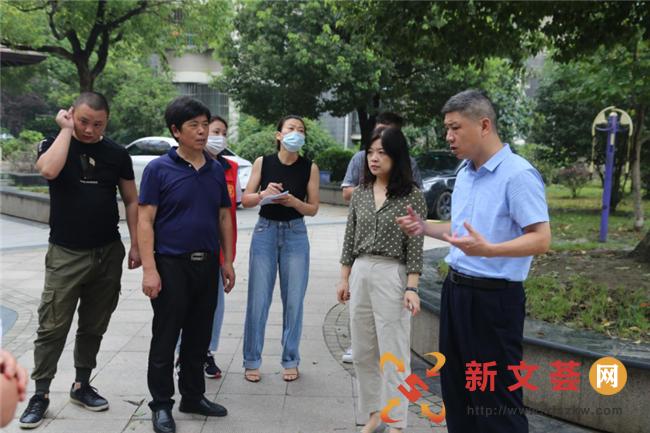 南京六合龙池街道领导督查小区文明城市创建工作