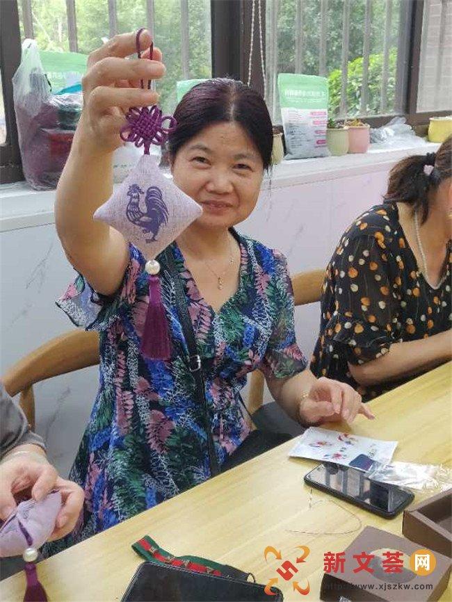 南京江宁建南社区:巧手绣香囊 社区齐欢乐